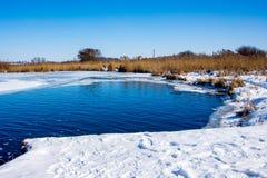 Ein sonniger Wintertag auf dem Fluss Stützen Sie die Flüsse unter, die mit s bedeckt werden stockfoto