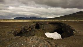 Ein Spalt auf einem Lavafeld island stockfotografie