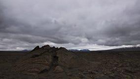 Ein Spalt auf einem Lavafeld island lizenzfreies stockfoto