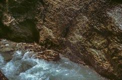 Ein Spalt des Felsens und sprudelndes Wasser in Partnachklamm-Schlucht im Sommer Stockbilder