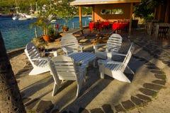 Ein Speisen und eine Ruhezone durch die Ufergegend in den Windwardinseln stockfoto