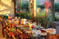 Ein Speisetisch an einem warmen sonnigen Tag Stockfoto