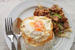 Ein Spiegelei auf Reis. Stockfotografie