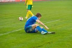 Ein Spieler wird auf dem Fußballspiel verletzt Stockfotos