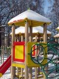 Ein Spielplatz am sonnigen Tag des Winters. Lizenzfreie Stockfotos