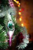 Ein Spielzeug auf einem Pelzbaum mit Porzellan Santa Claus und Tannenbaum Lizenzfreie Stockfotografie