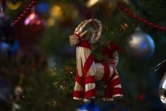 Ein Spielzeug auf einem Pelzbaum mit Porzellan Santa Claus und Tannenbaum Stockfotos