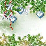 Ein Spielzeug auf einem Pelzbaum mit Porzellan Santa Claus und Tannenbaum Lizenzfreie Stockbilder