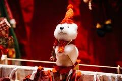 Ein Spielzeug auf einem Pelzbaum mit Porzellan Santa Claus und Tannenbaum Stockfotografie