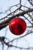 Ein Spielzeug auf einem Pelzbaum mit Porzellan Santa Claus und Tannenbaum Lizenzfreies Stockfoto