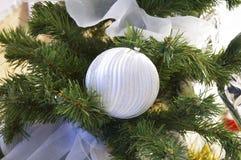 Ein Spielzeug auf einem Pelzbaum mit Porzellan Santa Claus und Tannenbaum lizenzfreie stockfotos