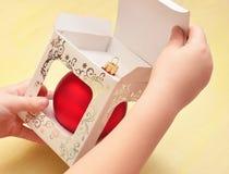 Ein Spielzeug auf einem Pelzbaum mit Porzellan Santa Claus und Tannenbaum Stockbilder