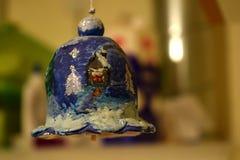 Ein Spielzeug auf einem Pelzbaum mit Porzellan Santa Claus und Tannenbaum Stockbild