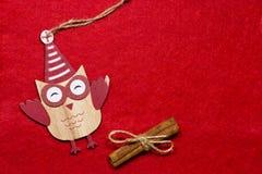 Ein Spielzeug auf einem Pelzbaum mit Porzellan Santa Claus und Tannenbaum Hölzerne Eule auf einem Baum Lizenzfreies Stockbild