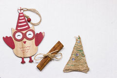 Ein Spielzeug auf einem Pelzbaum mit Porzellan Santa Claus und Tannenbaum Hölzerne Eule auf einem Baum Lizenzfreies Stockfoto
