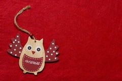 Ein Spielzeug auf einem Pelzbaum mit Porzellan Santa Claus und Tannenbaum Hölzerne Eule auf einem Baum Lizenzfreie Stockfotos