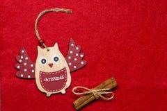 Ein Spielzeug auf einem Pelzbaum mit Porzellan Santa Claus und Tannenbaum Hölzerne Eule auf einem Baum Lizenzfreie Stockbilder