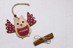 Ein Spielzeug auf einem Pelzbaum mit Porzellan Santa Claus und Tannenbaum Hölzerne Eule auf einem Baum Stockbilder