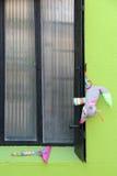 Ein Spielzeug wird an einen Fensterladen gehangen und ein anderer setzte sich am Rand eines Fensters (Frankreich) Stockfotos