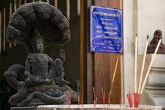 Ein spinnender schwarzer Narayana gesetzt auf einer en-köpfig Seite der Schlange sieben Stockfoto