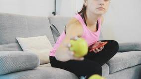Ein sportliches junges Mädchen führt eine gesunde Lebensart stock video footage