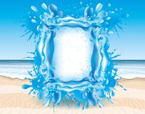 Ein Spritzen des Wassers auf dem Strand Lizenzfreie Stockfotografie