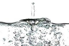 Ein Spritzen des Wassers, der Tropfen und der Blasen auf einem weißen Hintergrund Lizenzfreies Stockbild