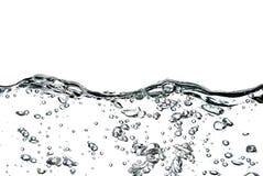Ein Spritzen des Wassers, der Tropfen und der Blasen auf einem weißen Hintergrund Stockfoto