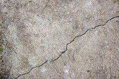 Ein Sprung in der alten Betonmauer Stockfotos