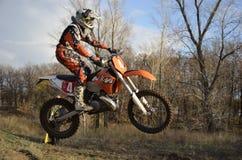 Ein Sprungmitfahrer auf einem Motorrad Motocross Stockfotos