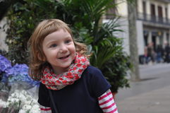 Ein städtisches Porträt eines lächelnden Babys Lizenzfreie Stockfotografie