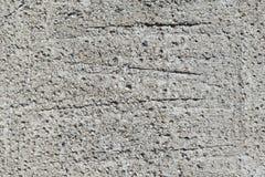 Ein Stück der Betonmauer mit Kieseln und Streifen Lizenzfreies Stockbild