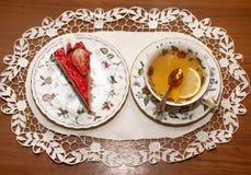 Ein Stück der Erdbeertorte und der Tasse Tee stockfotografie