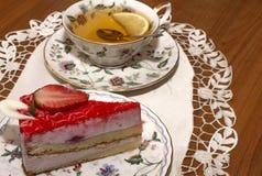Ein Stück der Erdbeertorte und der Tasse Tee stockbilder
