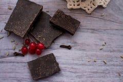 Ein Stück der Schokolade und der Moosbeere auf einer grauen Tabelle Lizenzfreie Stockfotos