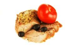 Ein Stück des gebratenen Fleisches mit Oliven und des Midori auf einem weißen backgr Lizenzfreie Stockfotos