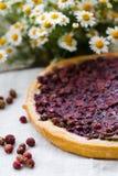 Ein Stück des Kuchens mit Erdbeeren Lizenzfreie Stockbilder