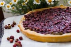 Ein Stück des Kuchens mit Erdbeeren Lizenzfreies Stockbild
