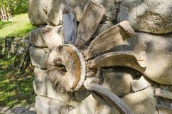 Ein Stück einer alten hölzernen Turbine stockfotografie