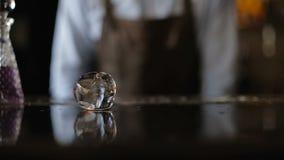 Ein Stück Eis auf einer gedrehten Stange stock video