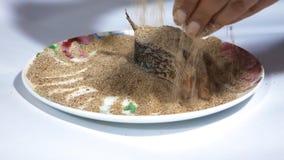 Ein Stück Fische duschte Brotkrumen für das Backen stock video footage