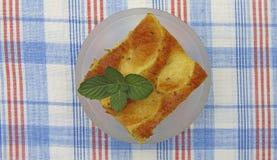 Ein Stück geschmackvoller Apfelkuchen mit Minze Stockfotografie