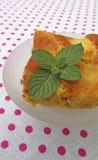 Ein Stück geschmackvoller Apfelkuchen mit Minze Lizenzfreie Stockfotografie