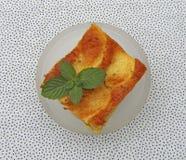 Ein Stück geschmackvoller Apfelkuchen mit Minze Stockbilder