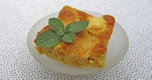 Ein Stück geschmackvoller Apfelkuchen mit Minze Lizenzfreies Stockbild
