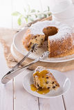 Ein Stück von Bundt-Kuchen mit Fruchtbelag Lizenzfreie Stockfotos