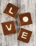 Ein St-Valentinstagkonzept Schokoladenbananenkuchen Stockfotografie