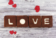 Ein St-Valentinstagkonzept Schokoladenbananenkuchen Stockfotos