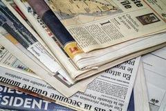 Ein stackof Zeitungen stockfotos