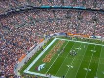 ein Stadion voll von den Leuten im Freien stockfotos